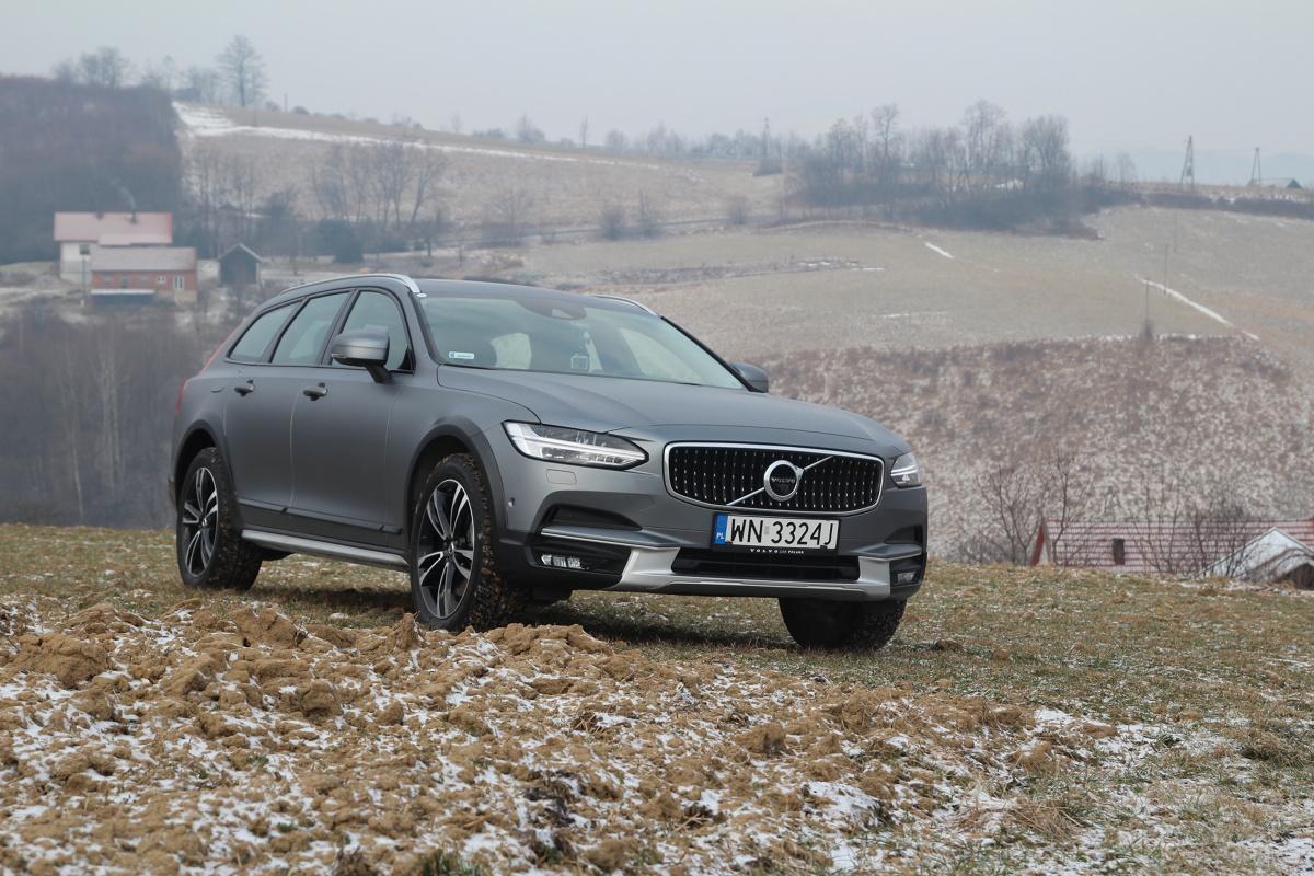 Volvo V90 Cross Country  Źródłem mocy są wyłącznie dwulitrowe czterocylindrowe silniki z nowej rodziny Drive-E. Ofertę otwiera wysokoprężna wersja D4 (190 KM). Dostępny jest też diesel D5 (235 KM) z podwójnym turbodoładowaniem i układem PowerPulse, który minimalizuje turbodziurę poprzez wtłaczanie do kolektora wydechowego porcji sprężonego powietrza.  Fot. Łukasz Szewczyk