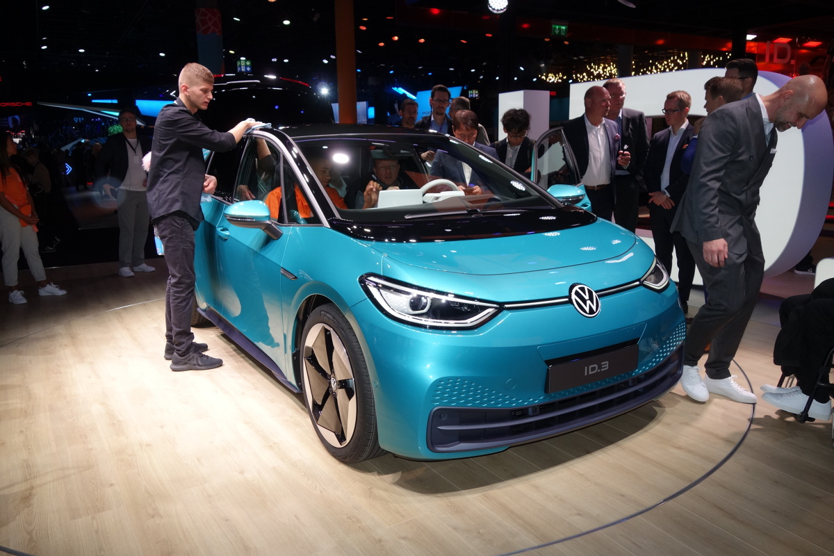 Volkswagen ID.3   Model ten można zamówić z jednym z trzech akumulatorów, które różnią się pojemnością. Do wyboru są trzy warianty – 45 kWh, 58 kWh oraz 77 kWh. Zależnie od wybranego akumulatora zasięg auta wynosi od około 330 do 550 km (według WLTP). Prądem o mocy 100 kW akumulator można naładować w ciągu 30 minut do poziomu, który zapewnia zasięg 290 km.  Fot. Ryszard M. Perczak