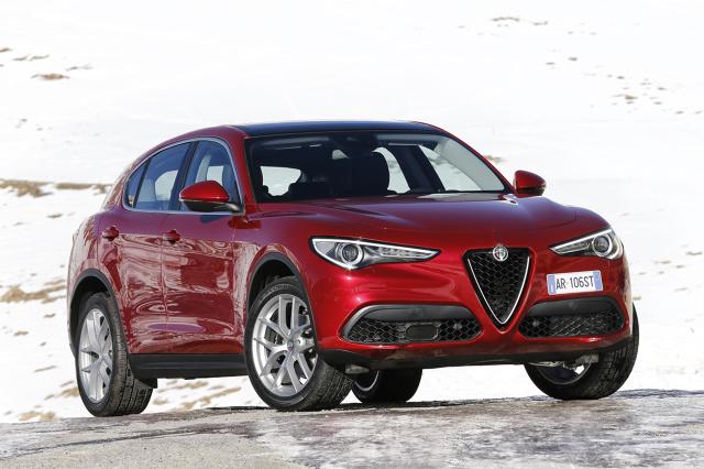 Alfa Romeo Stelvio   Stelvio powstało na płycie podłogowej Giulii i mierzy 4,68 m długości, 190 m szerokości i 1,67 m wysokości. Kabina jest dość obszerna, ale podróż z piątką dorosłych osób można śmiało odradzić, bo na tylnych fotelach lepiej posadzić dwójkę.   Fot. Alfa Romeo
