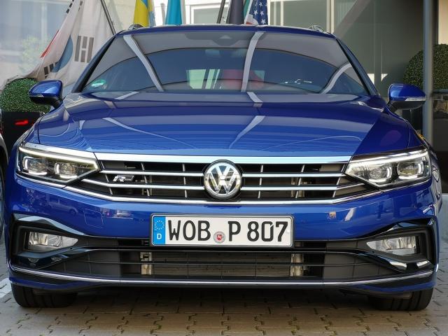 Trudno oczekiwać od Volkswagena eksperymentów i szaleństwa, choć kilka ostatnich modeli w ofercie odrobinę łamie ten szablon – T-Cross, T-Roc oraz flagowy Arteon. Z Passatem jest jednak inaczej. Jest to bowiem filar oferty i tutaj miejsc na eksperymenty po prostu nie ma. Odświeżona wersja wygląda niemal tak samo, ale kryje bardzo dużo innowacji. Zapraszamy na prezentację odświeżonego Volkswagena Passata prosto z Frankfurtu.  Fot. Kamil Rogala