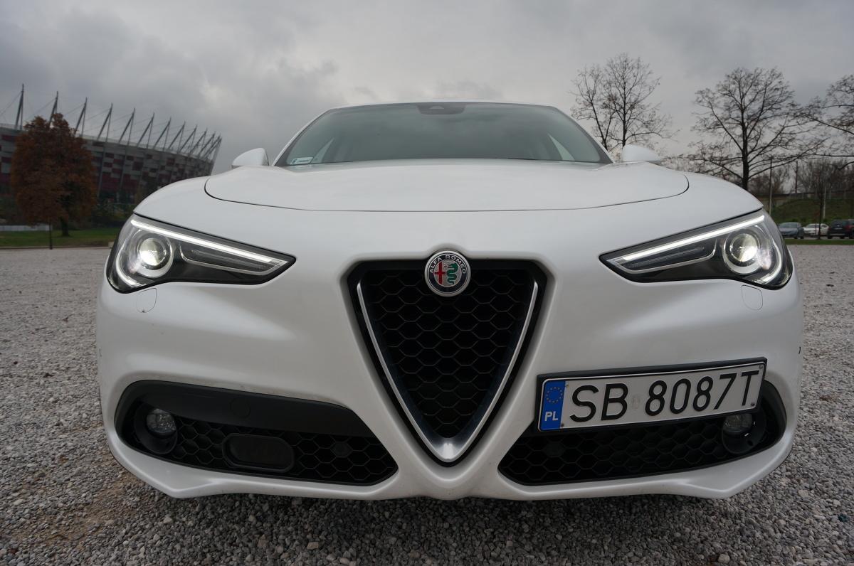 Alfa Romeo Stelvio   Stelvio zbudowano na platformie Giorgio czyli tej samej, która wykorzystywana jest w Giulii oraz - co ciekawe -  w Maserati. Pod maską znajdziemy silnik 2.2 litra turbo diesel produkujący 210 KM mocy, co w porównaniu do innych aut z kategorii premium jest całkiem dobrym wynikiem.   Fot. Konrad Grobel
