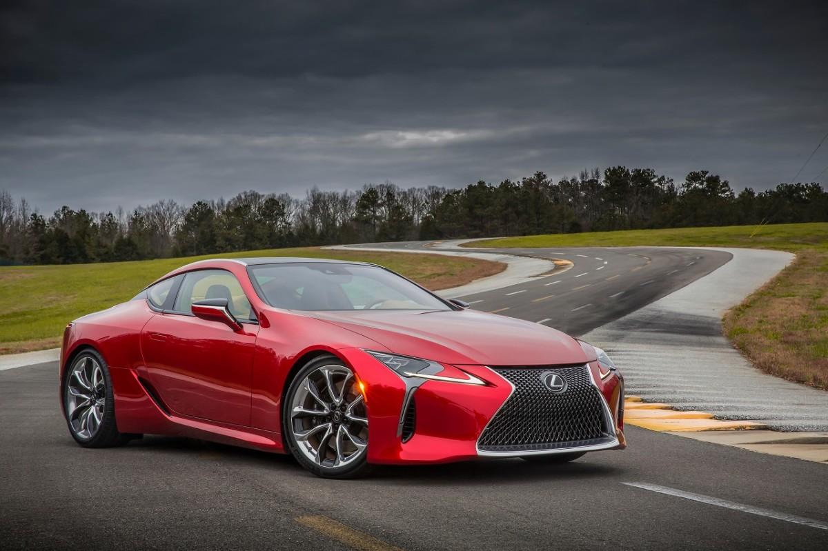 Lexus LC   Zbudowane w oparciu o nową platformę GA-L flagowe coupe Lexusa będzie dostępne w dwóch wersjach napędu: LC 500h z nową, hybrydową jednostką napędową Multi Stage Hybrid System, dysponującą 3,5-litrowym silnikiem V6 oraz LC 500 z pięciolitrowym, benzynowym silnikiem V8, współpracującym z nową, 10-biegową przekładnią automatyczną.  Fot. Lexus