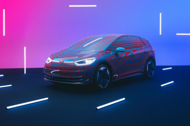 Volkswagen ID.3   Volkswagen przewiduje średnią sprzedaż ID.3 na poziomie 100.000 egzemplarzy rocznie. Elektryczny ID.3 z zasięgiem 330-550 km (według WLTP) będzie kosztował w Niemczech mniej niż 30.000 euro.   Fot. Volkswagen