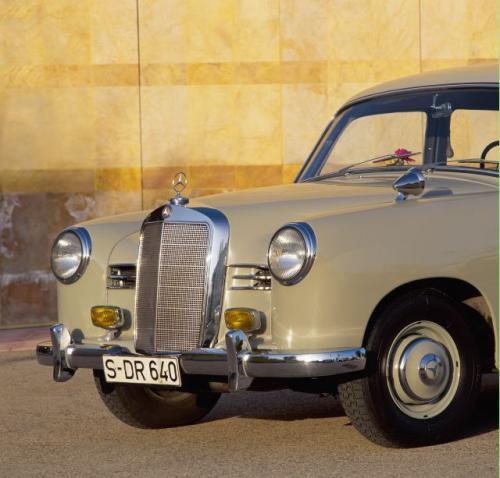 Fot. Mercedes-Benz:  Słynny mercedesowski wlot powietrza zmieniał się, lecz nigdy nie zatracił swojego charakteru. Kiedyś, publicyści chętnie zliczali w jakim tempie malała jego wysokość i jak szybko ubywało szczebli. Na zdjęciu model zwany popularnie &#8