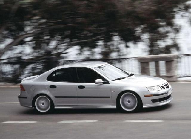 Każdy kierowca chce, aby jego auto zużywało jak najmniej paliwa. Na jego zużycie wpływa nie tylko styl jazdy, ale również korzystanie z wielu dodatków poprawiających komfort podróżowania. Nie zawsze wystarczy zdjąć nogę z gazu, aby zmniejszyć spalanie. A jak na zużycie paliwa wpływa korzystanie z tempomatu? Jak się okazuje, nie ma jednoznacznej odpowiedzi.  Fot. Archiwum