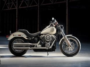 Low Rider  Zainspirowany indywidualizmem ery chopperów custom z lat 70., w której powstał oryginalny model. Nowy Low Rider jest lżejszy i szybszy oraz pozwala na niewyobrażalne wówczas prowadzenie w zakrętach.      Klasyczny styl montowanego na zbiorniku prędkościomierza i obrotomierza, osłony reflektora i grafiki na zbiorniku paliwa     19-calowe przednie i 16-calowe tylne, odlewane koła Radiate     Układ wydechowy typu Shotgun 2-2  Fot. Harley-Davidson