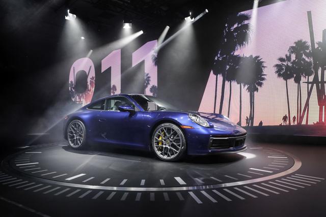 """Porsche 911   Porsche 911 Carrera S kosztuje w Niemczech od 120 125 euro, a 911 Carrera 4S – od 127 979 euro (z VAT i w lokalnej specyfikacji). Łącznie od chwili debiutu w 1963 r. do końca ubiegłego miesiąca Porsche wyprodukowało 1 049 330 sztuk seryjnych """"911"""".  Fot. Porsche"""
