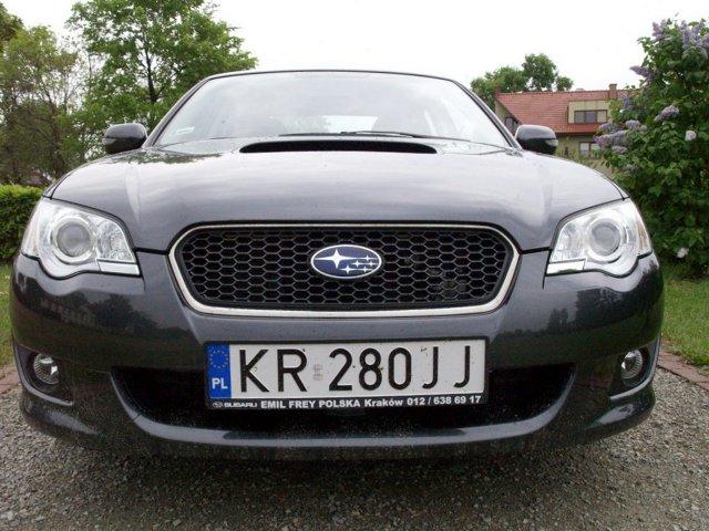 Subaru Legacy   Subaru większości osób kojarzy się z niebieską Imprezą WRX, pędzącą na rajdowych trasach. W istocie Subaru i sport samochodowy są ze sobą nierozerwalnie związane, a wielu młodych ludzi lubi szpanować, jeżdżąc warczącą niebieską Imprezą. Jednakże Subaru to także doskonały samochód klasy średniej  – model Legacy.  Fot. Bogusław Korzeniowski