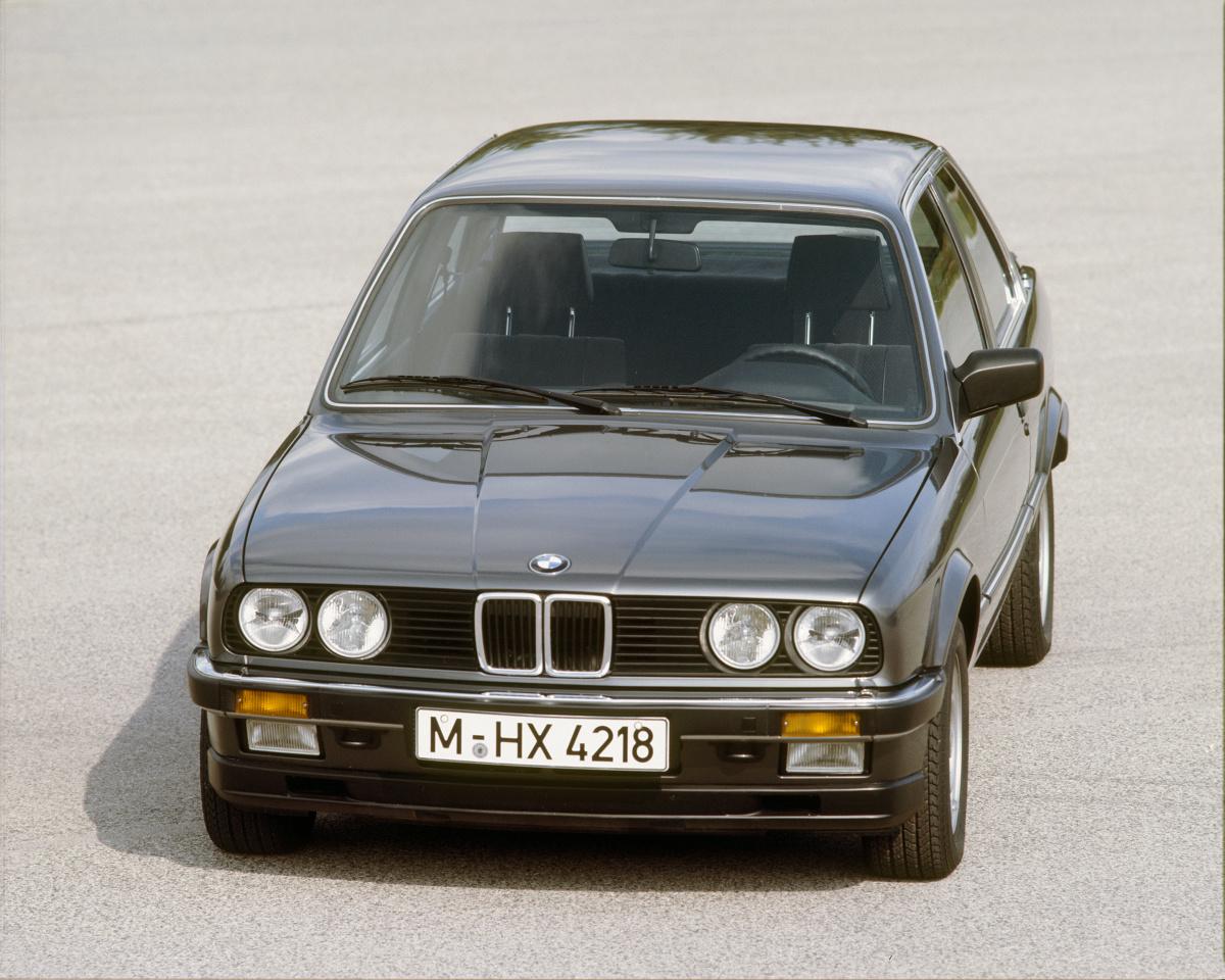 BMW E30  Małe BMW najlepiej ocenić okiem ignoranta, który nic nie wie o marce z Monachium, a przełom lat 80. i 90. spędził w bibliotece. Wówczas z łatwością przekonamy się, że to pociągający klasyk, wygodny do jazdy przez okrągły rok.   Fot. BMW