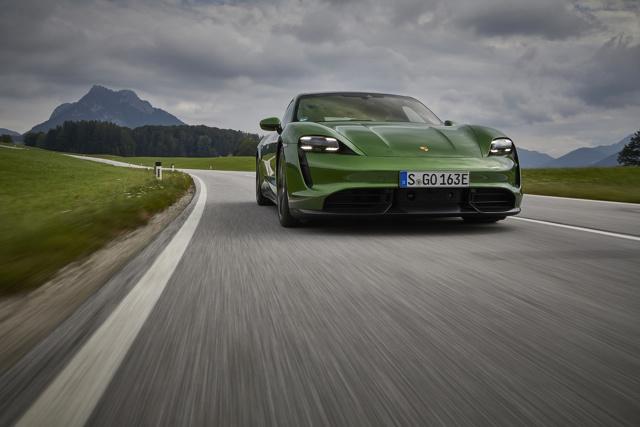 Motoryzacja się zmienia i kolejne elektryczne modele z najwyższych półek są tego najlepszym przykładem. Można się pokusić o stwierdzenie, że następuje przebiegunowanie pojęcia o supersportowych samochodach. Miałem okazję przejechać się po torze Hockenheimring kilkoma odmianami modelu Taycan i to doświadczenie mocno zmieniło moje podejście do topowej motoryzacji.  Fot. Porsche