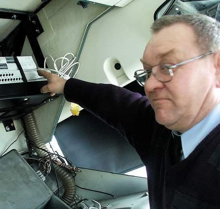 Fot. S. Szewczyk: Kierowca Józef Dombrowski prezentuje serce monitoringu, czyli urządzenie nagrywające obraz ze wszystkich kamer zainstalowanych w autobusie KLA. Stąd także odtwarzane są reklamy wyświetlane na monitorach podwieszonych pod sufitem autobusu