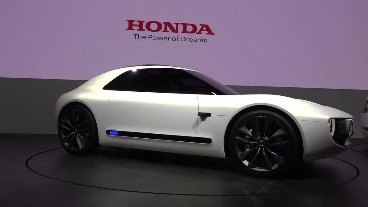 Honda Sports EV  Dwudrzwiowe, dwuosobowe auto sportowe wyróżnia się m.in. okrągłymi światłami LED i długą maską. Zamiast lusterek zdecydowano się na system kamer.  Fot. RUPTLY/x-news