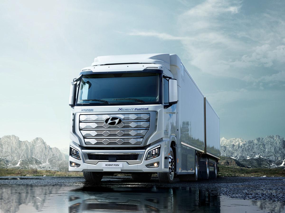 Hyundai Xcient  Hyundai wysłała do Szwajcarii 10 samochodów Hyundai XCIENT Fuel Cell, pierwszych na świecie masowo produkowanych ciężarówek z ogniwami paliwowymi.  Fot. Hyundai
