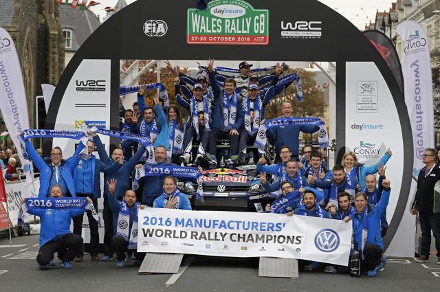 """Podczas Rajdu Wielkiej Brytanii Volkswagen postawił kropkę nad """"i"""" w tegorocznym sezonie Rajdowych Mistrzostw Świata FIA (WRC) zdobywając tytuł w kategorii producentów. Wales Rally GB wygrali Sebastien Ogier i Julien Ingrassia w Polo R WRC, którzy już podczas poprzedniej rundy – Rajdu Katalonii zapewnili sobie czwarty tytuł z rzędu.  Fot. Volkswagen"""