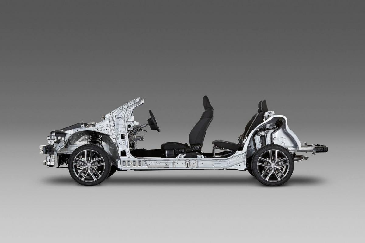 Pierwsza platforma TNGA debiutuje w najnowszym Priusie. Jej wykorzystanie pozwoliło zwiększyć sztywność nadwozia i obniżyć środek masy pojazdu. Poprawiło to stabilność samochodu w zakrętach, wpływając korzystnie na komfort podróżowania i precyzję prowadzenia, a w efekcie również na bezpieczeństwo jazdy / Fot. Toyota