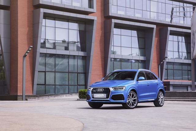 Audi connected mobility concept  Z tylnym zderzakiem samochodu zintegrowano wielofunkcyjny longboard – długą, elektrycznie napędzaną deskorolkę (1,05 m długości). W związku z tym, że znajduje się ona w tym właśnie miejscu, można ją łatwo odczepić i ponownie zamontować. Aby była zawsze gotowa do użytku, jej elektryczny silnik jest ładowany za każdym razem, gdy jest wczepiona w zderzak pojazdu.  Fot. Audi