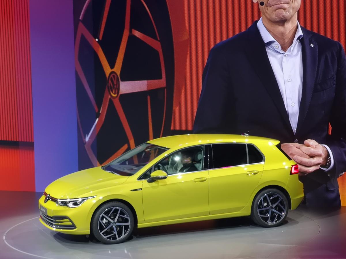 """Volkwagen Golf   Już od dawna w opisach kolejnych generacji oraz wersji Volkswagena Golfa pojawia się słowo klucz. Słowo, które określa nie tylko Golfa, ale również kolejne generacje stałych modeli w gamie niemieckiego producenta. """"Ewolucja"""" – pod tym jednym słowem kryje się niemal cała strategia Volkswagena, która okazała się sukcesem i receptą na świetne wyniki sprzedaży. Odzwierciedleniem tego słowa wydaje się także nowa, ósma już generacja Golfa, czyli najpopularniejszego przedstawiciela segmentu C.  Fot. Kamil Rogala"""