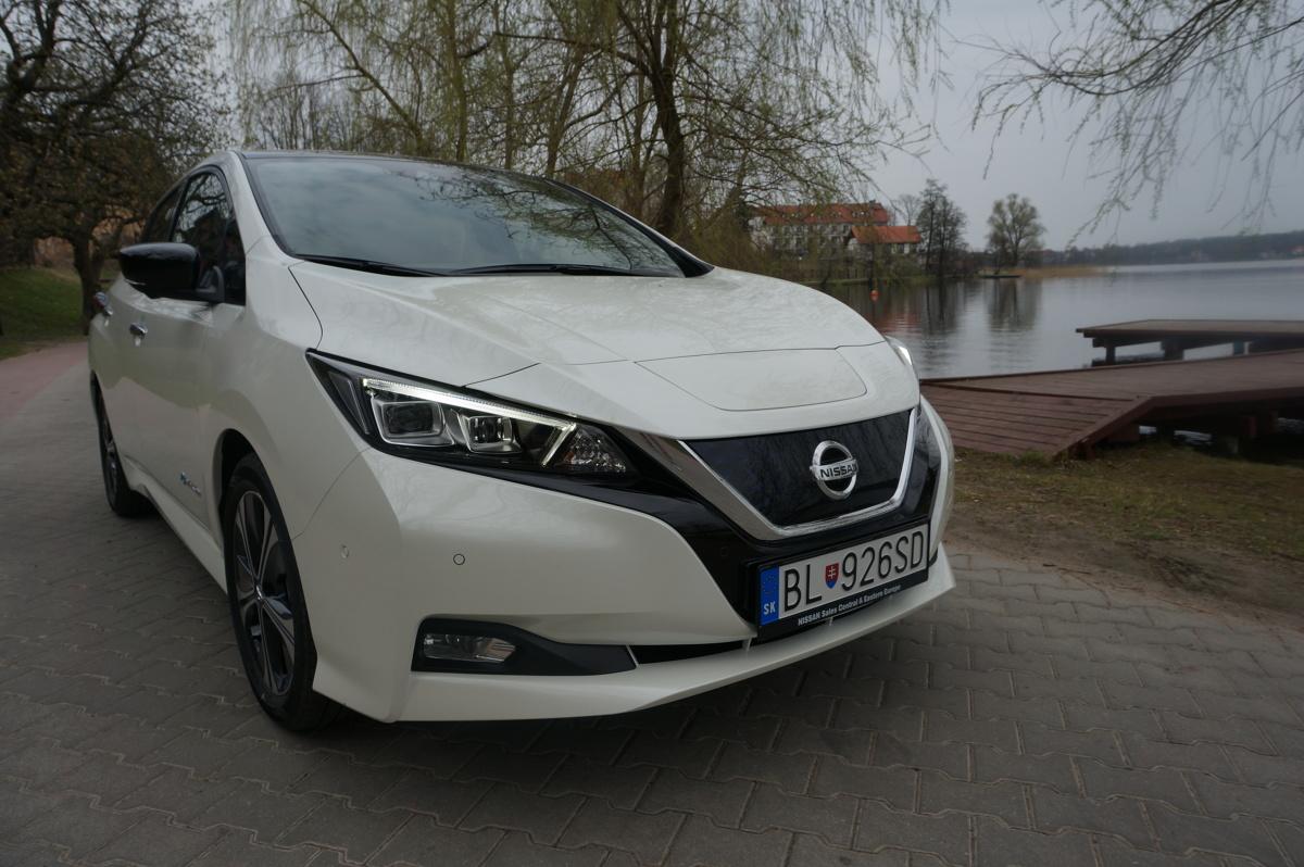 Nissan Leaf   Nissan LEAF drugiej generacji oferowany jest w czterech wersjach wyposażenia: Visia, Acenta, N-Connecta oraz Tekna. Testowany egzemplarz  - Tekna, kosztuje od  166 571 zł. Opcje podniosły cenę do 180 121 zł. Najtańsza wersja LEAF-a zaczyna się od 140 021 zł.   Fot. Konrad Grobel