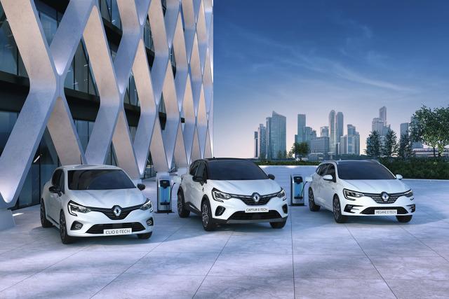"""Jak już pokazywać nowości, to z rozmachem. Z takiego wniosku wyszedł Renault, prezentując od razu """"za jednym zamachem"""" trzy nowe modele z napędem hybrydowym.  Fot. Renault"""