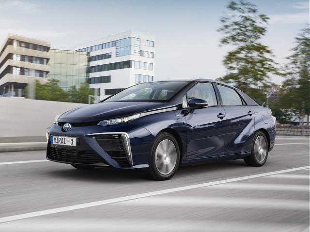 Toyota Mirai   Mirai to pierwszy w świecie seryjny sedan zasilany wodorowymi ogniwami paliwowymi.  Wytwarzając prąd w zachodzącej w ogniwach paliwowych reakcji wodoru z tlenem, Mirai nie emituje do atmosfery żadnych substancji oprócz wody. Zasięg auta wynosi od 550 do ponad 750 km i jest porównywalny z zasięgiem samochodów z silnikami benzynowymi, a czas tankowania to około trzech minut.  Fot. Toyota