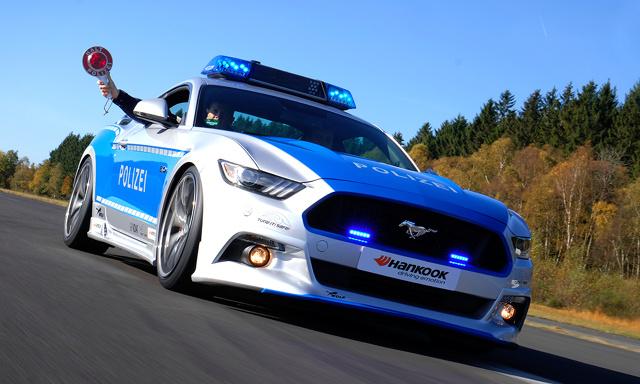 Ford Mustang  Policyjnego Mustanga stworzyli eksperci od tuningu z firmy Wolf Racing. Pod maską pracuje pięciolitrowa V-ósemka której moc podniesiono z 421 do 455 KM.  Fot. Tune it! Safe!