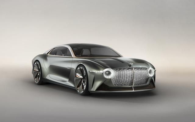 Bentley EXP 100 GT  Pojazd ma 5,8 m długości i aż 2,4 m szerokości - pomimo słusznych rozmiarów, całość waży 1,9 tony. Pomieści cztery osoby, oferowana jest też konfiguracja dwuosobowa i trzyosobowa, a drzwi unoszą się do góry. Wzrok przyciąga m.in. potężny grill.  Fot. Bentley