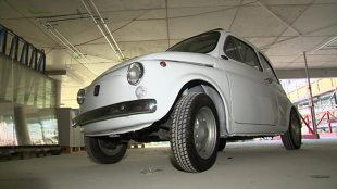 Fiat 500. Zabytkowe auto wzniosło się w powietrze (video)