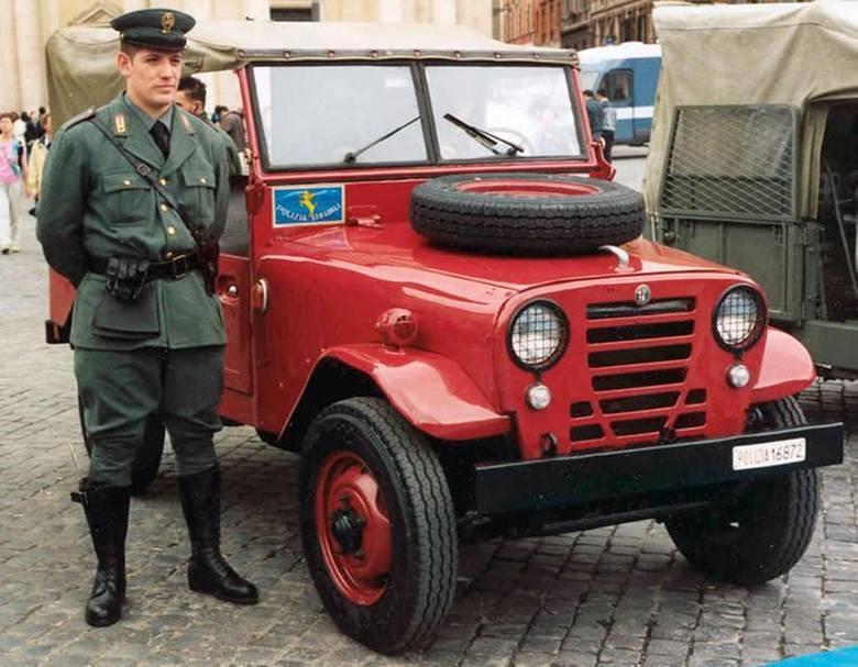 Nie tylko w Polsce modne są rekonstrukcje historyczne: pięknie odnowiona Alfa Romeo AR51 Matta i jej właściciel w starym mundurze Polizia Stradale (włoskiej drogówki) / Fot. Wikipedia