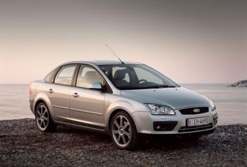 Fot. Ford: Focus II sedan stylizacyjnie nawiązuje do większego Mondeo.