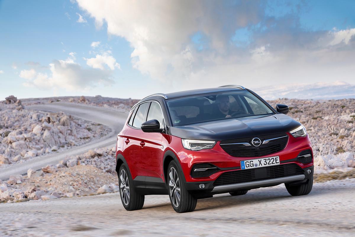 Opel Grandland X Hybrid4  Czas ładowania zależy od typu użytej ładowarki. Oprócz kabla dostarczanego wraz z pojazdem i służącego do ładowania akumulatorów z domowego gniazdka, Opel zaoferuje także urządzenia do szybkiego ładowania na publicznych stacjach oraz z ładowarek naściennych w domu. Za pomocą takiej ładowarki o mocy 7,4 kW akumulator samochodu można naładować do pełna w około godzinę i 50 minut.  Fot. Opal