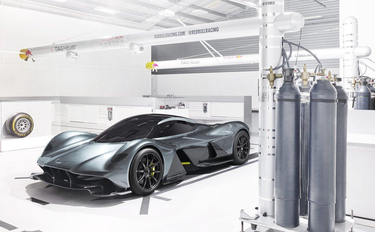 AM-RB 001   Wliczając prototypy ma powstać między 99 a 150 samochodów drogowych. Na tym jednak nie koniec, gdyż zostanie zbudowanych również 25 pojazdów przeznaczonych wyłącznie na tor.  Fot. Aston Martin