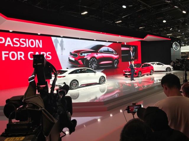 Kia Motors zaprezentowała dziś podczas salonu samochodowego w Paryżu nową. Obok a, nowej wersji nadwoziowej Kia Ceed, debiutują Ceed GT i ProCeed GT wyposażone w najmocniejszą jednostkę napędową w ofercie kompaktowego hatchbacka marki Kia oraz Ceed GT Line. Swój europejski debiut w Paryżu ma również elektryczny crossover – Kia e-Niro.  Fot. Kia