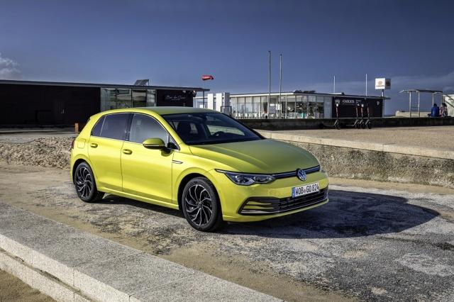 Volkswagen Golf   Wersje wyposażenia nowego Golfa skonfigurowano w zupełnie inny sposób niż dotychczas. Wcześniejsze odmiany Trendline, Comfortline i Highline przeszły do historii. Od teraz dostępne są wersje Golf, Life oraz Style, a także sportowa R-Line.  Fot. Volkswagen