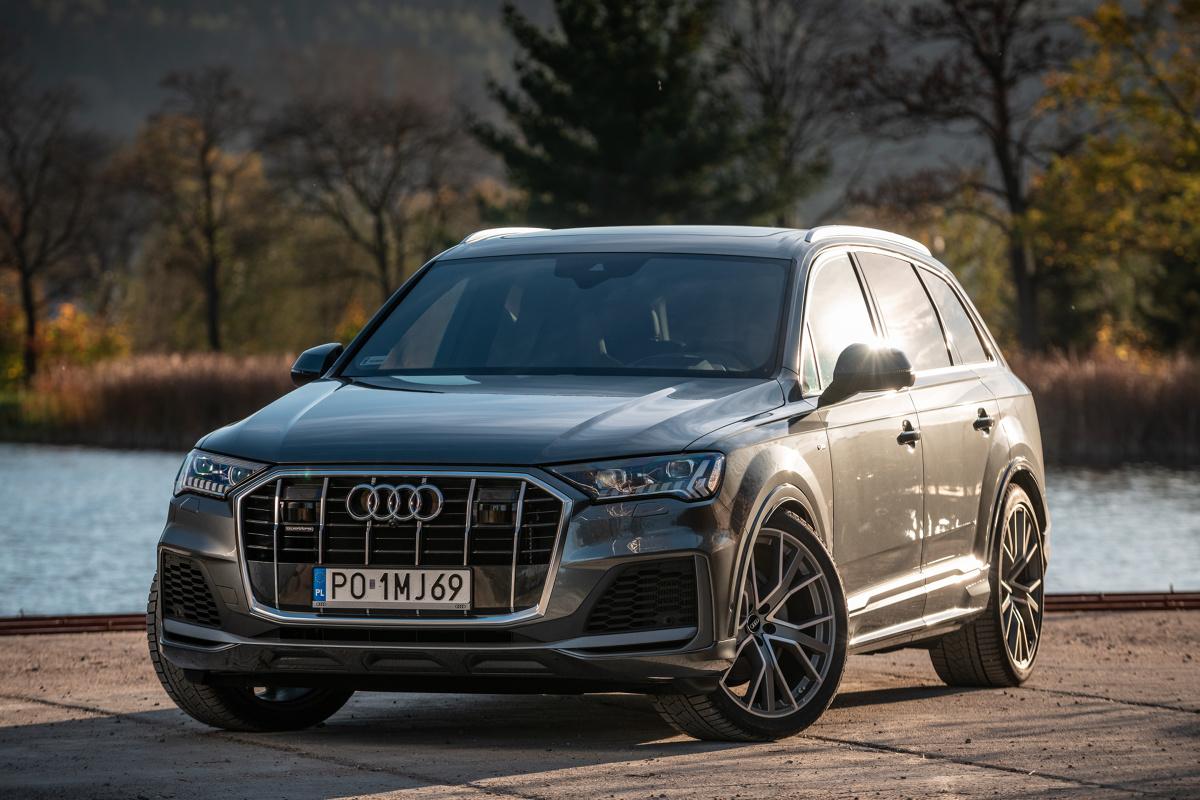 Audi Q7   Niewielkie zmiany w wyglądzie pociągnęły za sobą równie niewielkie zmiany w wymiarach zewnętrznych flagowego SUV-a marki Audi. Jego nadwozie wydłużyło się o 1,1 cm i ma teraz 5,06 m długości. Szerokość wynosi 1,97 m, wysokość 1,74 m, a rozstaw osi – 2,99 m.  Fot. Audi