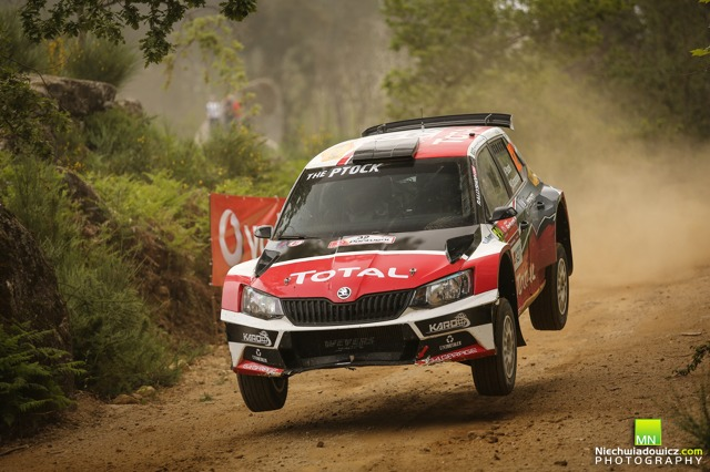 Hubert Ptaszek i Maciek Szczepaniak nie ukończyli sobotniego etapu Rajdu Portugalii z powodu awarii przedniego dyferencjału, jednak dzięki systemowi Rally2 zdecydowali się powrócić na trasę, aby zdobywać kolejne doświadczenie.   Fot. materiały prasowe