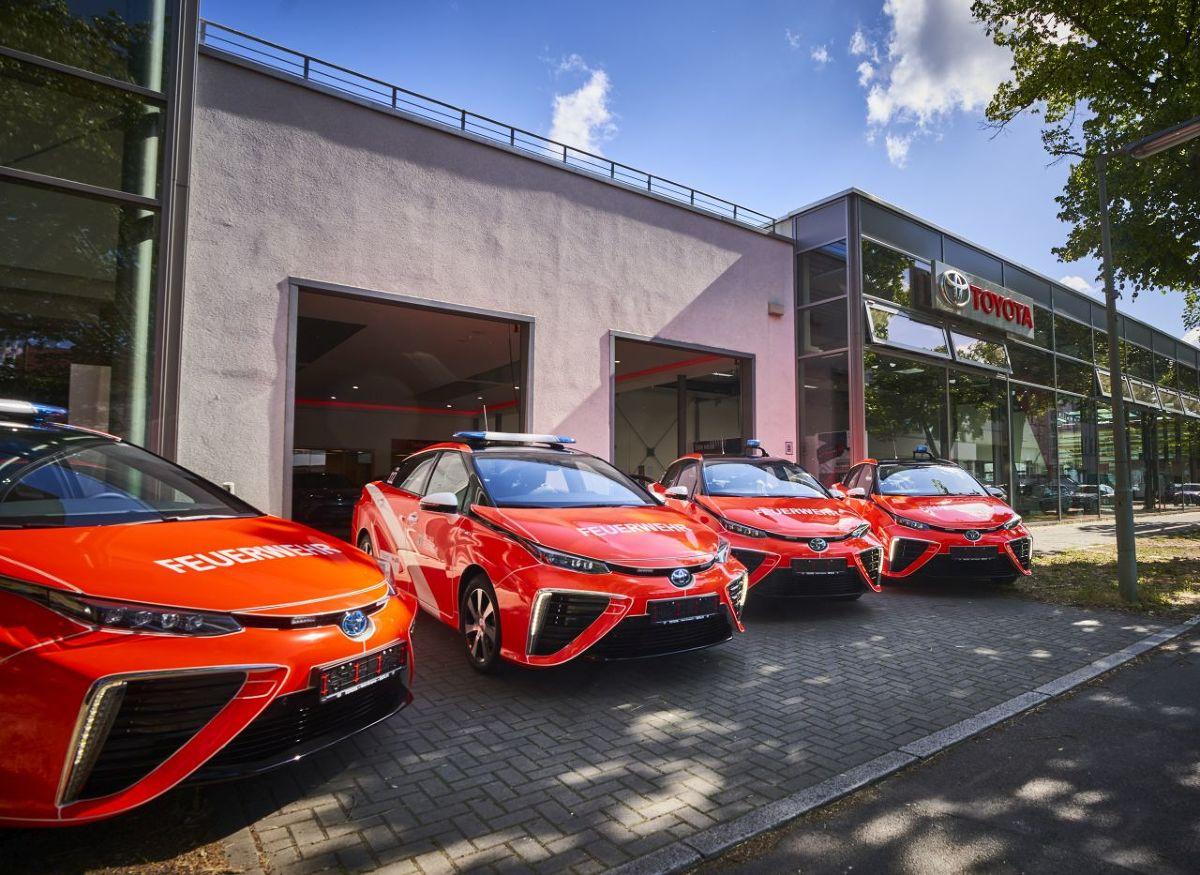 Toyota Mirai   We flocie osobowych aut Straży Pożarnej w Berlinie pojawiły się cztery elektryczne sedany zasilane wodorem. Bezemisyjne Toyoty Mirai będą służyły do zarządzania akcjami i wsparcia administracji berlińskiej służby gaśniczej.  Fot. Toyota
