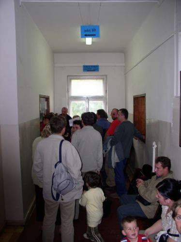 """Fot. Łukasz Kasprzak: """"Pojazd"""" miał rozwiązać problemy z rejestracją. Tymczasem kolejki oczekujących na wydanie dokumentu wydłużyły się."""