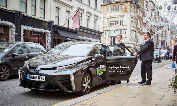 Samochód tankuje się tylko w 3 minuty. Zasięg na jednym tankowaniu wynosi od 550 do 700 km, a koszt jazdy jest porównywalny z jazdą benzynowym samochodem klasy średniej / Fot. Toyota
