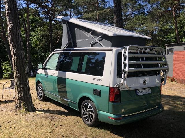 Quasi kampery to rewelacyjne rozwiązanie, kiedy nie chcemy kupować tradycyjnego kampera, a nie uśmiecha się nam już rozkładanie i składanie namiotu. Zresztą często z czegoś, co wygląda na namiot quasi kampery korzystają. Testowany przez nas Volkswagen California Ocean jest jednak swoistym wzorcem, jak tego typu auto powinno być zaprojektowane i zbudowane. Fot. Mark Horn
