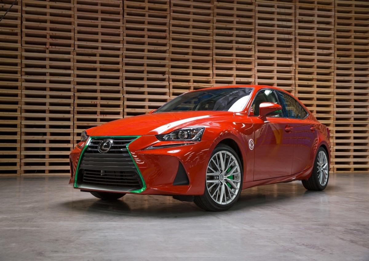 Lexus IS  Z okazji amerykańskiej premiery nowej wersji sedana IS, Lexus przygotował wyjątkowo pikantną stylizację tego modelu, w żartobliwy sposób nawiązującą do jednej z najostrzejszych odmian sosu chili. Auto prezentowane jest na wystawie Los Angeles Auto Show, trwającej od 18 do 27 listopada w Los Angeles Convention Center.  Fot. Lexus