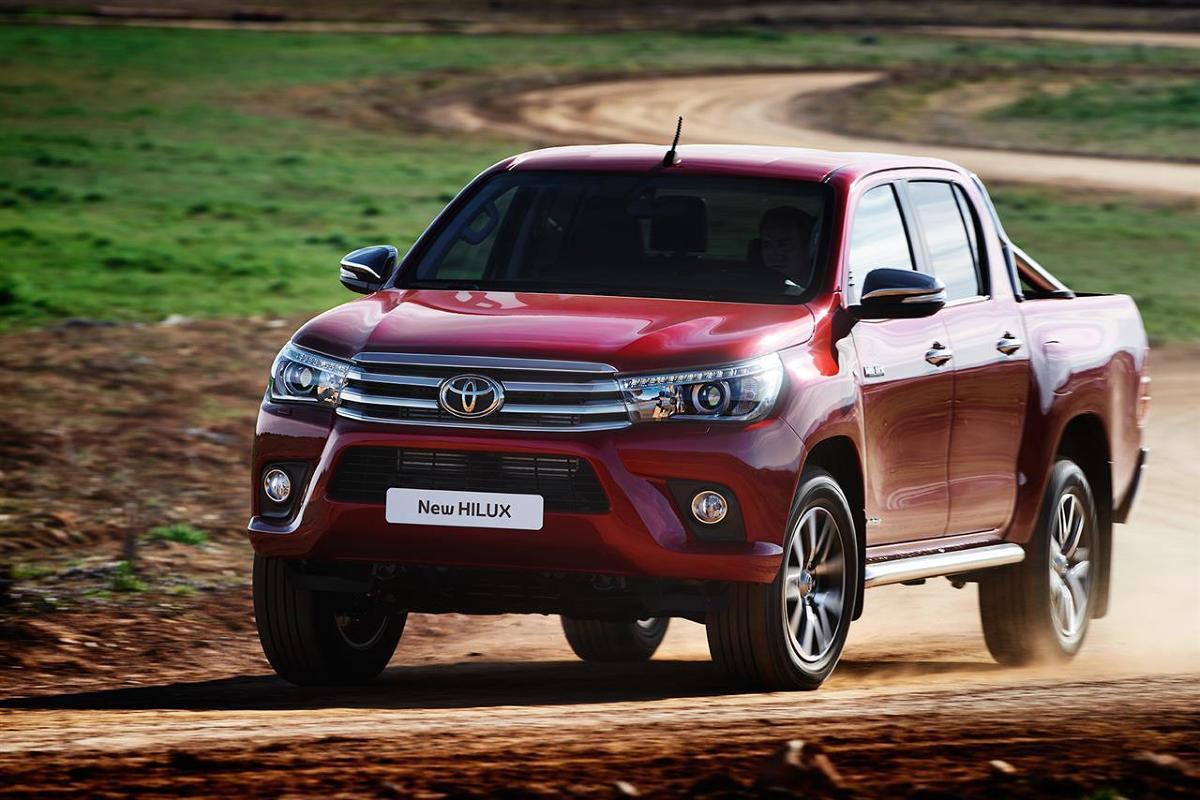 Toyota Hilux   Nowa, 8. generacja Toyoty Hilux jest dostępna z nadwoziem w wersji Single Cab oraz w czteromiejscowej wersji Extra Cab i pięciomiejscowej. Dzięki nowemu, mocniejszemu podwoziu z ramą podłużnicową, wzmocnionej strukturze skrzyni ładunkowej, udoskonalonemu napędowi 4x4 i większej ładowności, Hilux na nowo definiuje segment pick-upów przeznaczonych do ciężkiej pracy.  Fot. Toyota