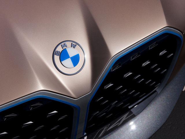 BMW przy okazji prezentacji nowego, koncepcyjnego elektrycznego modelu i4, pokazała także nowe logo. Niektórzy mogą być mocno zawiedzeni.  Fot. BMW