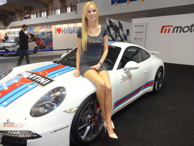 Podczas większości imprez motoryzacyjnych uwagę, zwłaszcza męskiej części publiczności, przyciągają również piękne kobiety, których przy tego typu okazjach nie brakuje. Czy faktycznie długonogie hostessy bardziej elektryzują publikę niż najnowsze modele samochodów?  Fot. Tomasz Szmandra