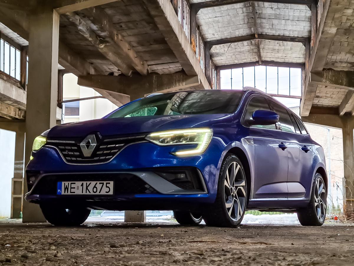 Renault nigdy nie stroniło od samochodów z napędami zelektryfikowanymi. Ich model Zoe zyskał sporą popularność, choć w ofercie brakowało rozsądnej alternatywy, pewnego półśrodka dla niezdecydowanych. Dlatego też w zeszłym roku premierę miały aż trzy modele z napędem hybrydowym. Testowaliśmy już hybrydowe Clio, model Captur z hybrydą plug-in, teraz przyszła pora na największe Megane z nadwoziem kombi i hybrydą ładowaną z gniazdka. Jak się spisuje podczas codziennej eksploatacji? Fot. Kamil Rogala