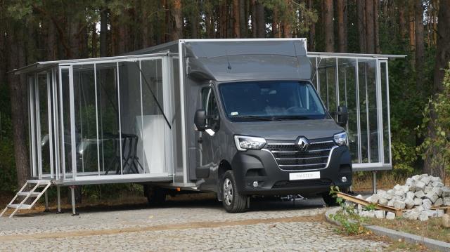 Segment samochodów dostawczych stanowi dla wybranych producentów aut ważny rynek zbytu. Marka Renault, aby lepiej zaznaczyć swoją obecność w tym obszarze, wchodzi do gry z nowymi odsłonami swoich modeli - Master oraz Trafic i to również w wersjach modyfikowanych.  Fot. Konrad Grobel