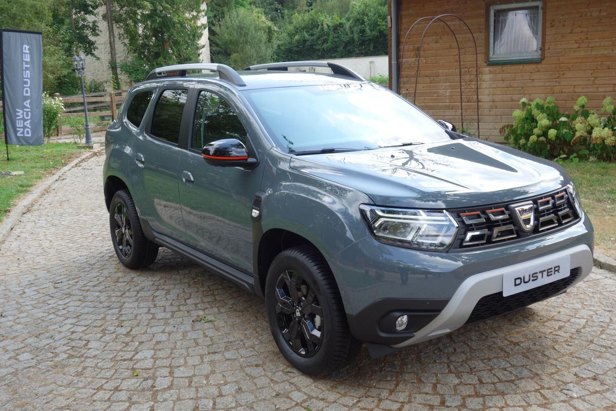 Po czterech latach obecności na rynku Dacia odświeżyła aktualną, drugą generację swojego bestsellerowego modelu Duster. Przypomnijmy, że debiut tego samochodu miał miejsce w roku 2010 i dotychczas został sprzedany w liczbie prawie 2 milionów egzemplarzy. Podobnie jak poprzednie pokolenia tego modelu, również nowy Duster jest wciąż skierowany zarówno do kierowców poszukujących relatywnie taniego SUV-a o atrakcyjnym wyglądzie, jak i do tych, którzy potrzebują wszechstronnego i wytrzymałego samochodu z napędem na wszystkie koła. Fot. Ryszard M. Perczak