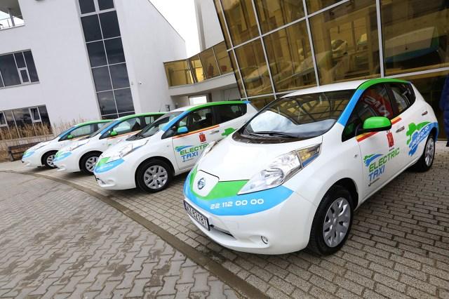 Nissan Leaf   1 marca nastąpiło przekazanie pierwszej partii 20 elektrycznych Nissanów Leaf stanowiących początek elektrycznej floty Electric Taxi w Warszawie. To pierwszy tak duży projekt związany z samochodami elektrycznymi w Polsce.  Fot. Nissan