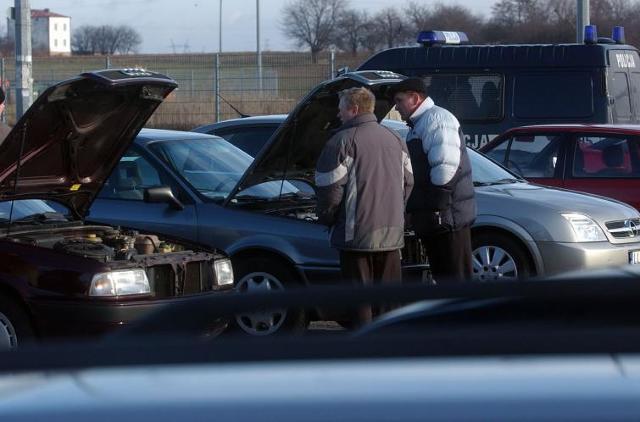 Umowa kupna-sprzedaży to podstawowy dokument przy zakupie samochodu używanego