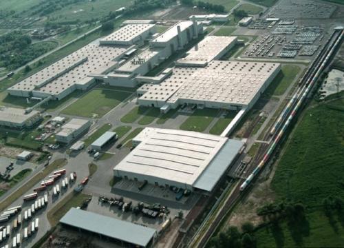 Fot. Opel: W ostatnich latach trzech ominęły nas trzy duże inwestycje motoryzacyjne. Nie wybuduje w Polsce fabryki samochodów Toyota, PSA i Hyundai. Na zdjęciu fabryka Opla w Gliwicach.