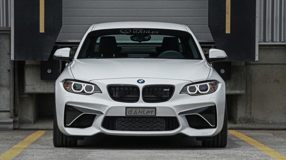 BMW M2 Coupe   Tuner nie zdecydował się na ulepszanie silnika 3.0 twin-turbo generującego 370 KM i 465 Nm. Zamiast niego pod maską BMW M2 Coupe umieścił zmodernizowaną jednostkę pochodzącą z BMW M4.  Fot. Dähler Design & Technik